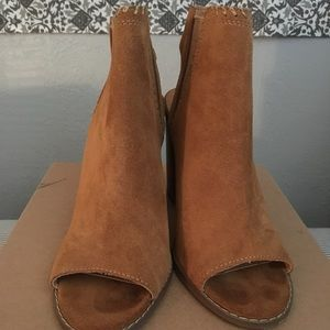 Suede urban outfitter brown size 8 booties